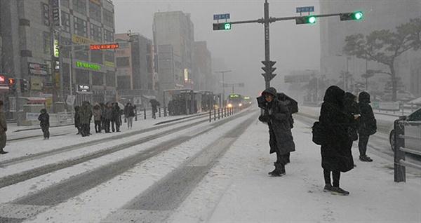 제주를 덮친 한파로 인해 대중교통 이용객들이 몰린 제주시청 앞 버스정류장.
