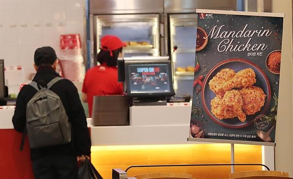 보수언론과 야당은 최저임금 인상의 문제점을 집중적으로 부각시키고 있다. 사진은 한 치킨 프랜차이즈 매장 모습