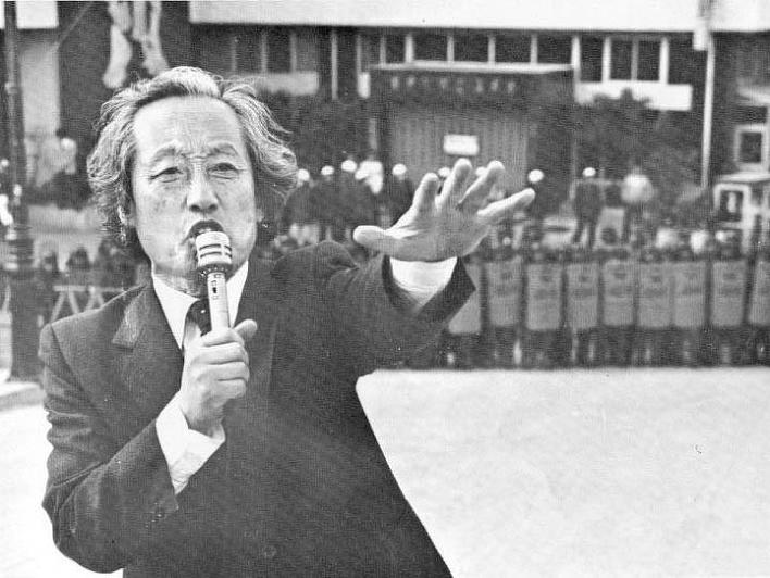 거리에 선 목사 3.1민주구국선언을 시작으로 민주화에 뛰어든 문익환 목사는 시인, 신학자, 목사 그리고 민중을 뜨겁게 사랑하는 선지자였다.