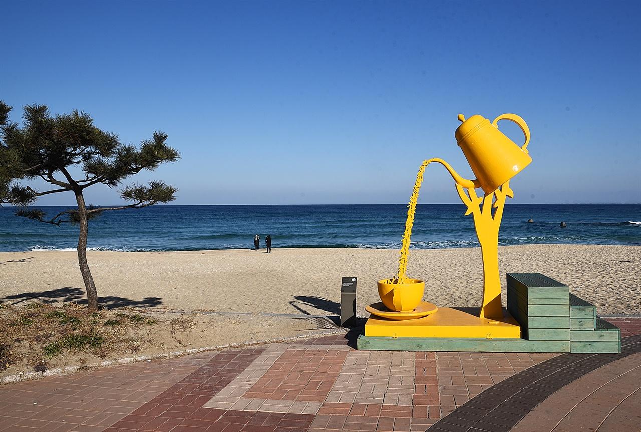 커피와 시  안목 해변에 설치된 설치미술 작품 <커피와 시>