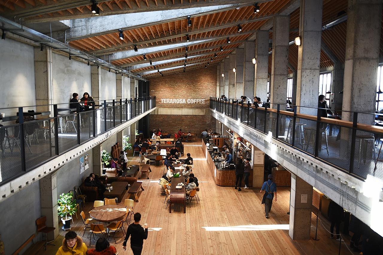 테라로사 커피공장  공장형 건물의 내부가 시원하게 뚫려 있어 공간이 여유롭고 시야가 트여 있다