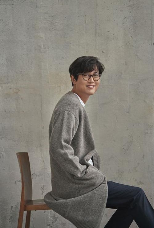 지난 2014년 정규 6집 < 동행 > 이후 3년여만에 새 음반을 발표한 김동률