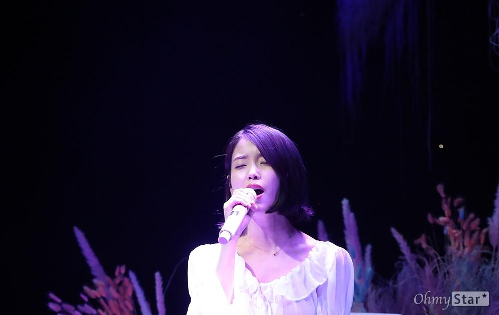 어느덧 데뷔 10년차, 아이유는 음악적 성취뿐만 아니라 내면의 성숙까지 보여줬다.