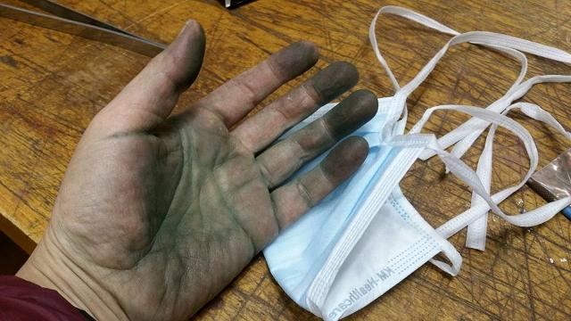 이선미 작가 손 안경알 작업과 연결고리를 만드는 예술가의 손.