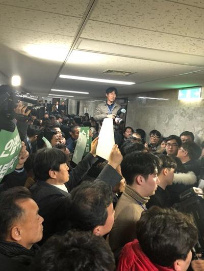 12일 오후 국민의당 당원 50여명이 당무위원회 공개를 요구하며 강하게 항의하고 있다.