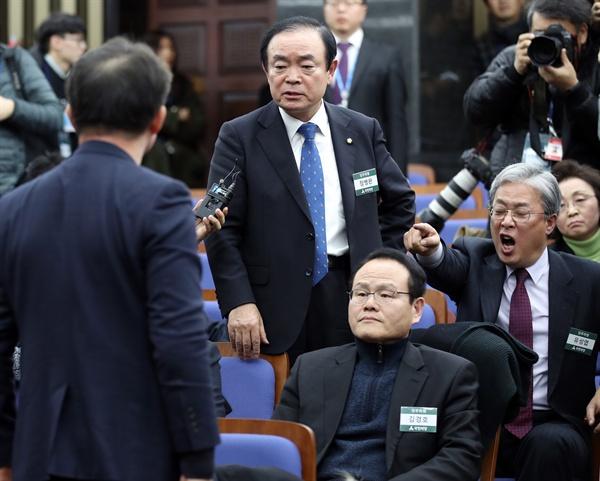 고성 오가는 국민의당 당무위 12일 오후 국회에서 열린 당무위원회의에서 바른정당과의 통합에 반대하는 유성엽 의원(맨오른쪽), 장병완 의원(가운데) 등이 언쟁을 벌이고 있다.