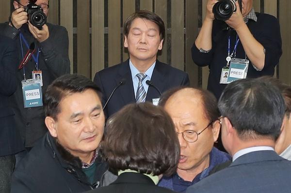 국민의당 안철수 대표가 12일 오전 국회에서 열린 당무위원회의에서 통합 반대파와 찬성파 위원들의 몸싸움이 벌어지자 눈을 감고 있다.