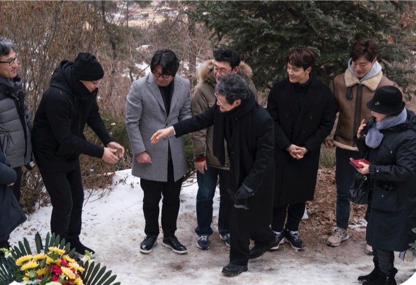 박종철 열사 묘역에서 배우 문성근과 영화 < 1987> 팀이 만났다. 문성근은 아버지인 고 문익환 목사의 24주기 추도 행사를 위해 모란공원에 나와있었다. < 1987> 배우들은 문성근과 인사한 뒤 문익환 목사 묘역도 참배했다.