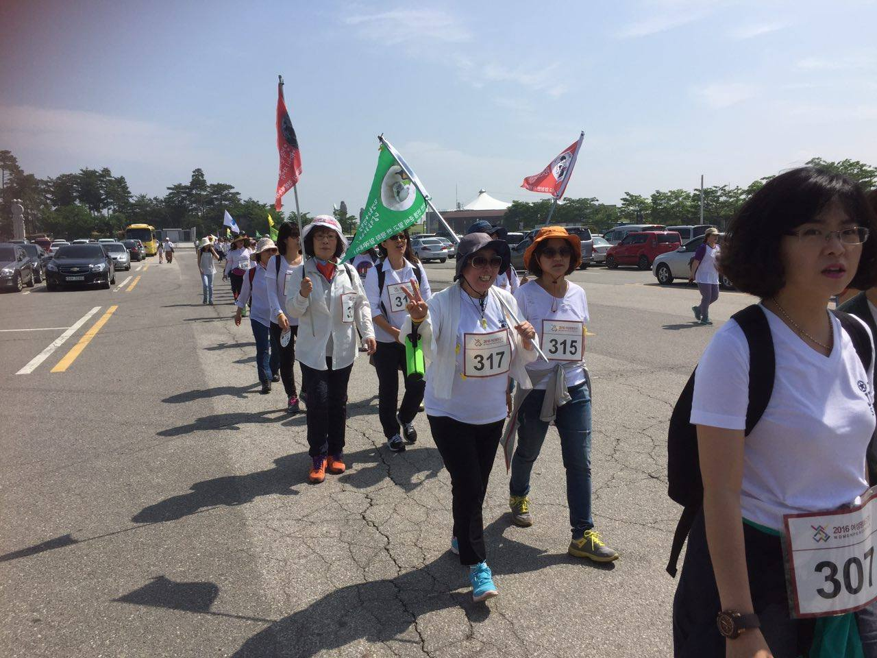 파주 DMZ 여성평화걷기 다양한 활동을 하는 여성들이 평화를 기원하며 함께 걷고 있다.