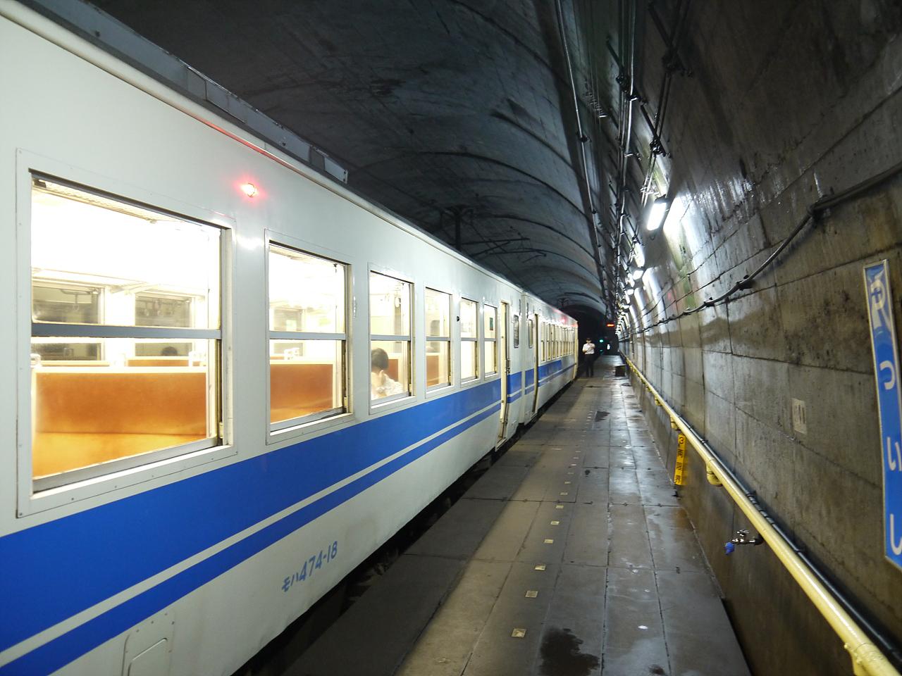 쓰쓰이시 역 열차가 출발 준비 중인  쓰쓰이시 역