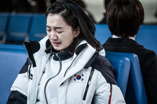 영화국가대표2 공식 스틸컷 가족의 탈북으로  헤어졌더 자매가 아시안게임에서 만나는 이야기가 펼쳐졌다.