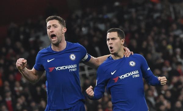 EPL 아스널·첼시, 런던 더비서 2-2 무승부 지난 3일(현지 시간), 영국 프리미어리그 첼시 소속의 게리 케이힐과 에덴 아자르가 아스널을 상대로 한 득점을 자축하고 있다.