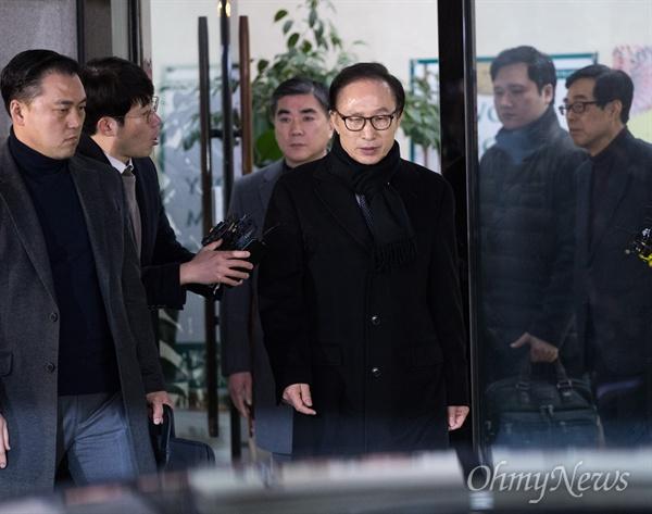 이명박 전 대통령이 17일 오후 강남구 삼성동 사무실에서 기자회견을 열어 자신과 측근들에 대한 검찰 수사 반박 성명서 발표를 마치고 사무실을 빠져나가고 있다.