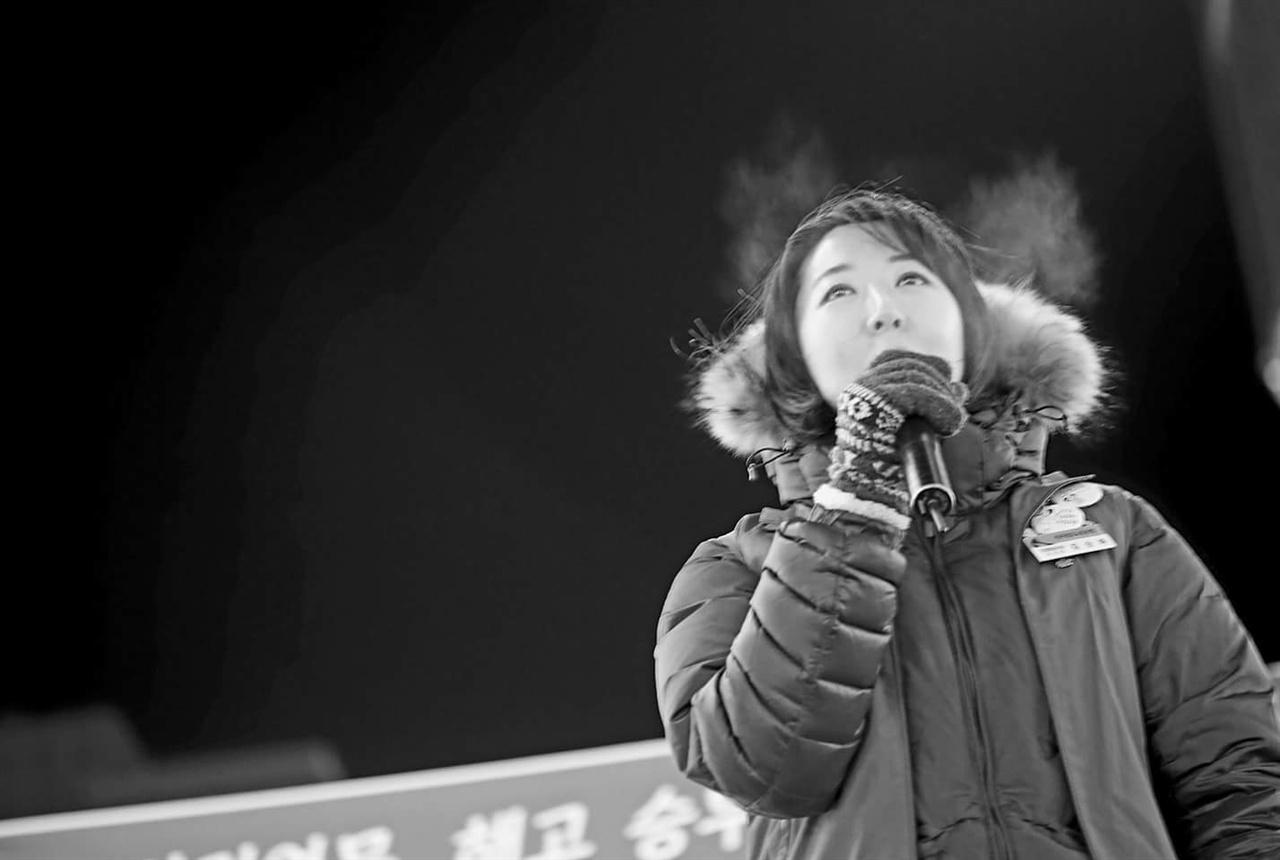 지난 11일 오후 부산 부산진구 서면 쥬디스태화 앞에서 열린 'KTX 해고 승무원 문제 해결을 위한 부산지역 결의대회'에서 해고 승무원 출신 김승하 철도노조 KTX 열차승무지부장이 발언하고 있다.