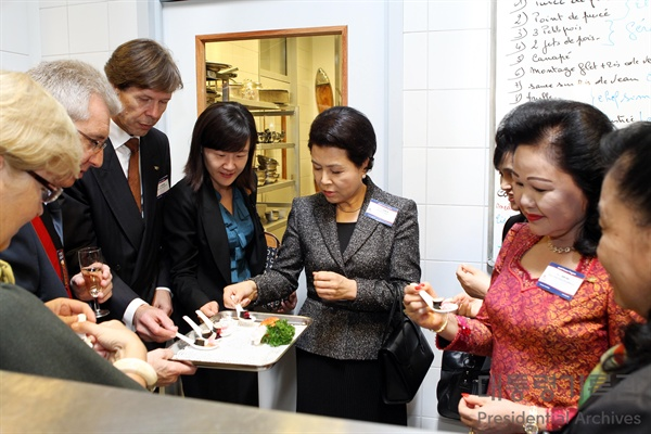 이명박 전 대통령 부인 김윤옥씨가 지난 2010년 10월 벨기에 순방 당시 'ASEM 정상 배우자 프로그램'의 하나로 나뮈르 호텔학교를 방문하고 있다.