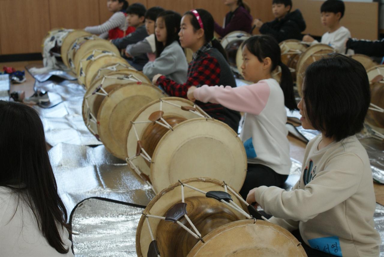 어린이 놀이학교_1 장구를 통해 우리 장단을 배우는 아이들