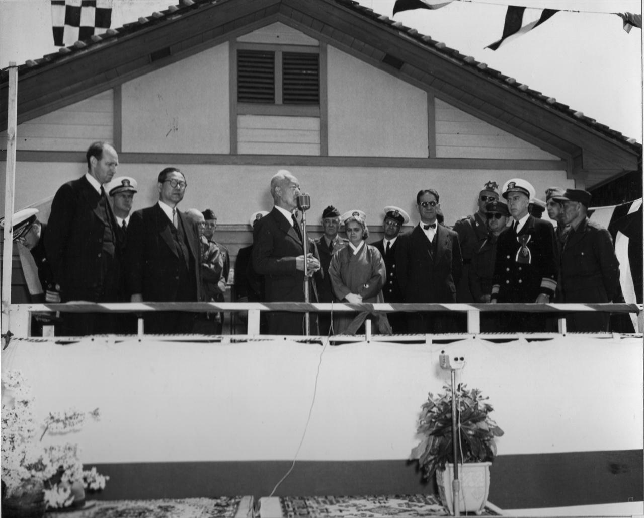 1951. 6. 25. 진해 해군사관학교에서 사관생도 사열 후 치사하는 이승만 대통령(왼쪽 장면 총리, 오른쪽 프란체스카 부인, 무초 주한 미 대사, 스미스 장군, 신성모 국방장관).