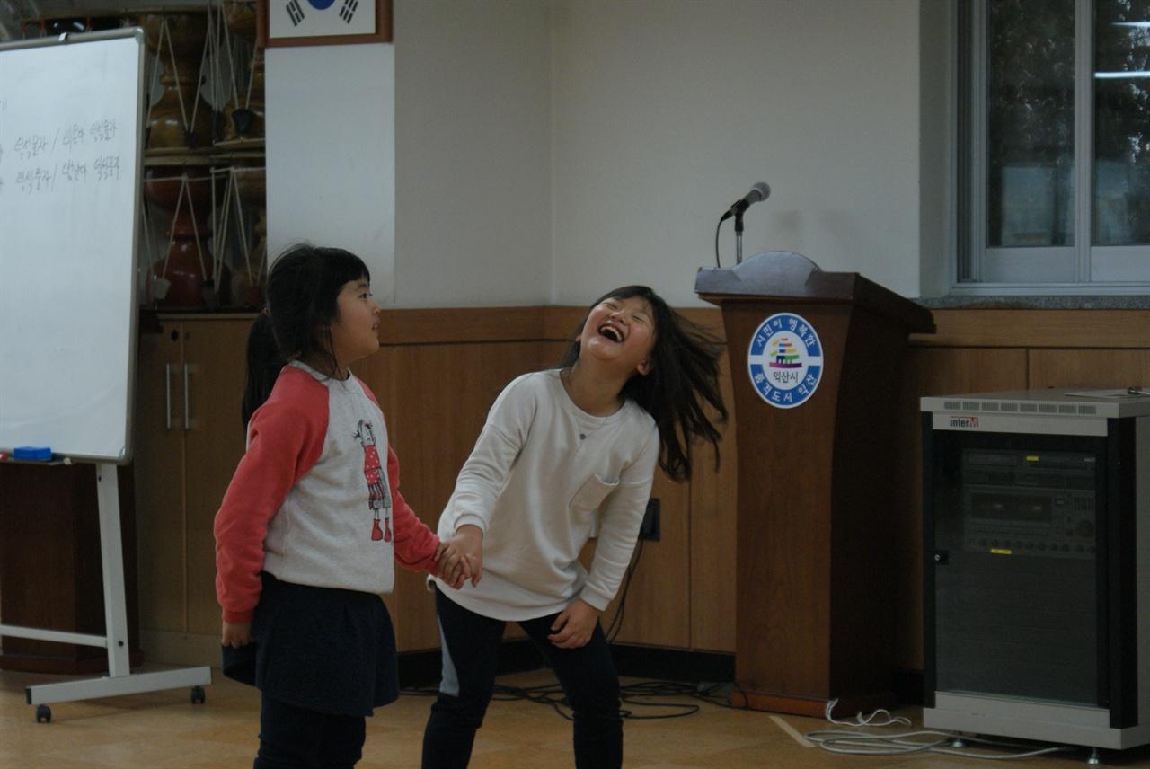 놀이학교 사진 또래들과 전래놀이를 즐기는 아이들