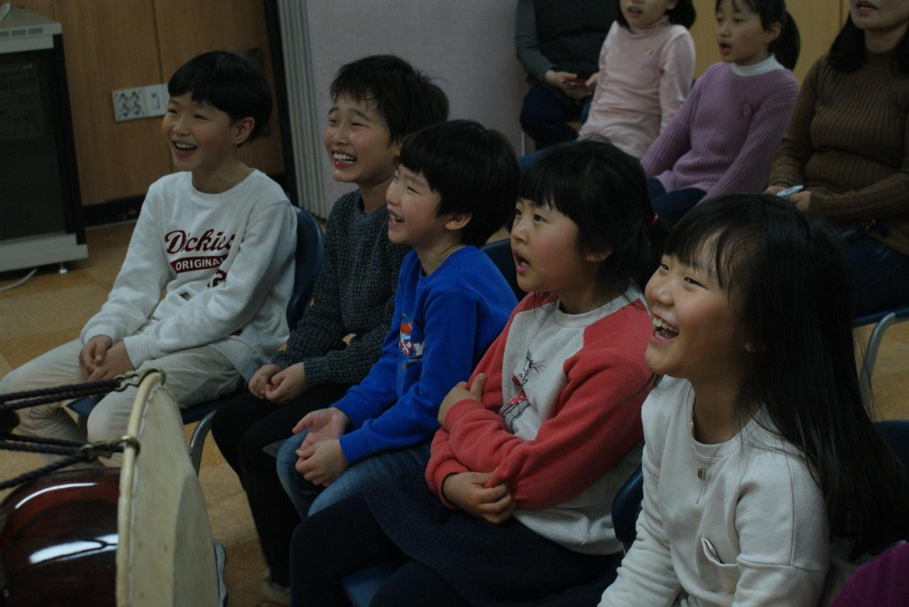 국악동요 국악동요를 배우며 즐거워하는 아이들