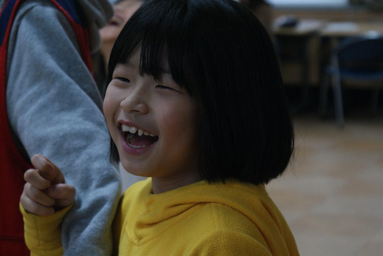 전래놀이 놀이학교에 참여한 어린이가 전래놀이를 즐기고 있다.