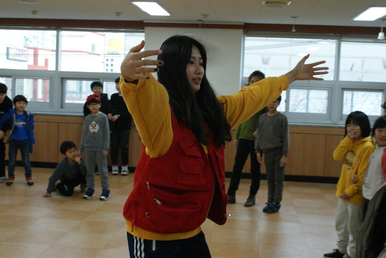 놀이학교 자원봉사 학생 10년 전에 놀이학교에 참여한 어린이가 고등학생이 되어 자원봉사를 하고 있다.