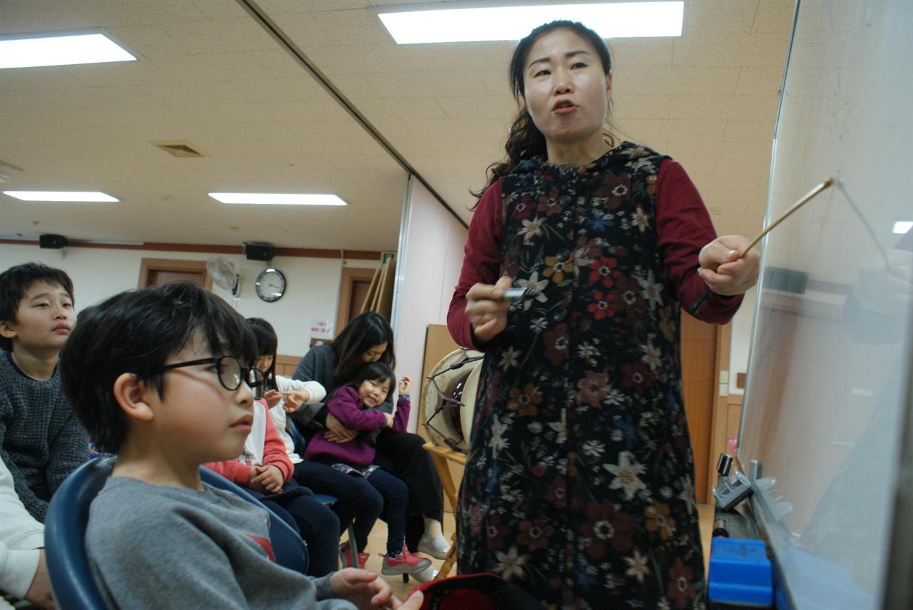 국악동요와 우리 가락 전통문화 예술 강사 오순주 단장이 놀이학교에 참여한 아이들에게 국악동요를 가르치고 있다.
