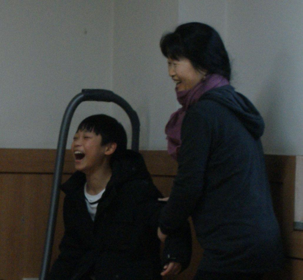 전래놀이 선생님과 함께 전래놀이를 하고 있는 어린이
