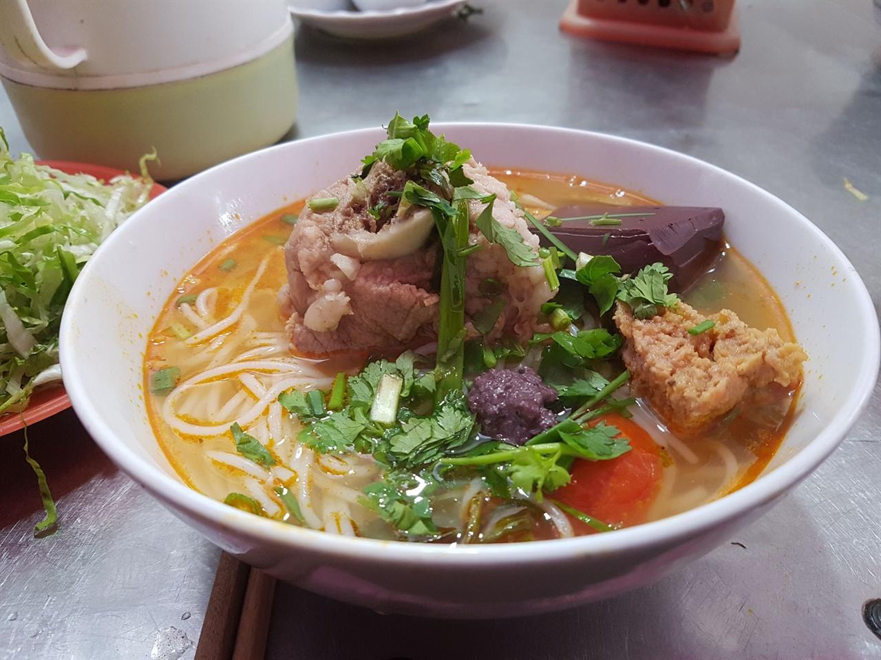 베트남 사람들은 아침 식사는 주로 쌀국수를 먹고 점심에는 밥을 먹는다.