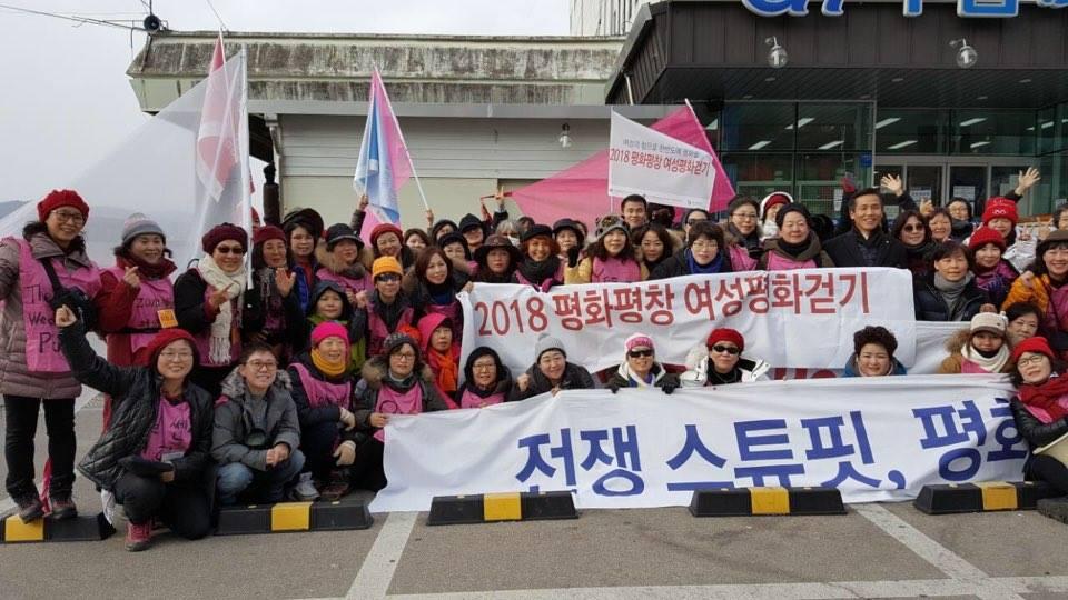 여성 평화 걷기 3일차 -고성 걷기를 마치고 단체 사진을 찍었다.