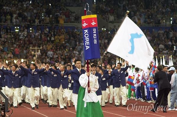 한반도기 앞세우고 남북공동입장 지난 2002년 9월 29일 부산 아시아경기대회 개막식에 '코리아(KOREA)' 이름과 한반도기를 앞세운 남북선수단이 공동입장하고 있다.