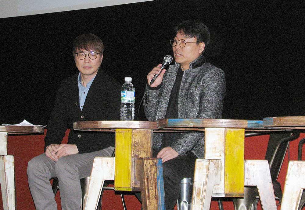 19일 저녁 종로 서울극장에서 <1987> 상영 직후 영화 제작 동기 등을 설명하고 있는 김경찬 작가(오른쪽)