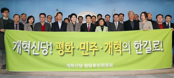 바른정당과의 통합에 반대하는 국민의당 의원들과 당원들이 21일 오전 국회 정론관에서 개혁신당 창당의 뜻을 밝히고 있다.