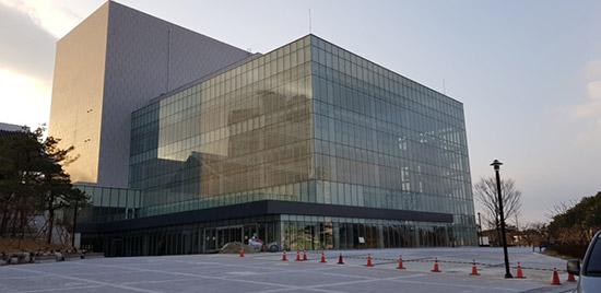 강릉아트센터 북한 공연단이 공연할 예정인 강릉아트센터 전경,  강릉 올림픽파크에 위치한 아트센터는 2015년부터 476억원을 들여 1만6천106㎡ 부지에 건축 연면적 1만4천642㎡로 지상 1층, 지상 4층 규모로 건립됐다.