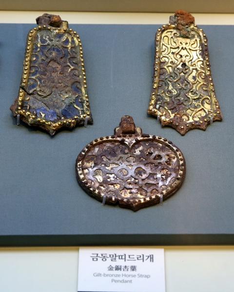이차돈과 법흥왕이 생존했을 당시 신라의 예술적 감각을 보여주는 금동 장신구.