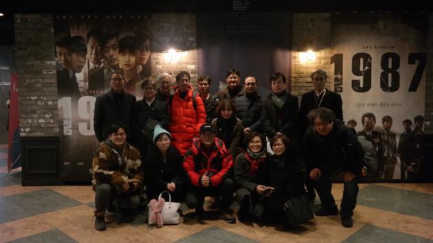 영화 <1987> 단체관람 직후 기념사진을 촬영하는 몽양역사아카데미 회원들
