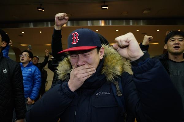 KBS 새노조 조합원이 고대영 사장 해임 가결 소식을 듣고 감격해 울음을 터트리고 있다.