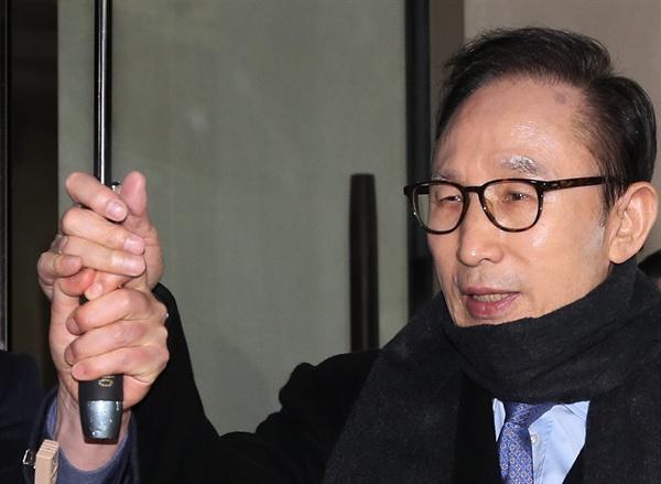 검찰이 이명박 전 대통령의 형인 이상득 전 새누리당 의원의 사무실을 전격 압수수색한 22일 오후 이 전 대통령이 이날 오후 서울 강남구 삼성동 사무실을 나서고 있다.