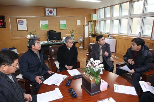 박종훈 교육감과 허기도 산청군수는 23일 경남도교육청 교육감실에서 캄보디아 학생 교통사고와 관련해 대책 수습 방안을 논의했다.