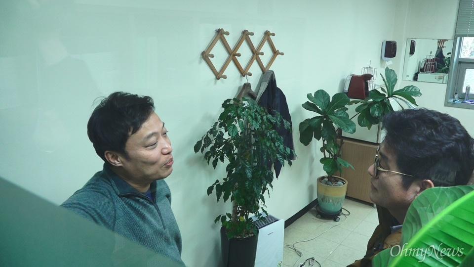 곽승준 고려대 경제학과 교수가 오마이뉴스 4대강 다큐팀과 인터뷰를 하고 있다.