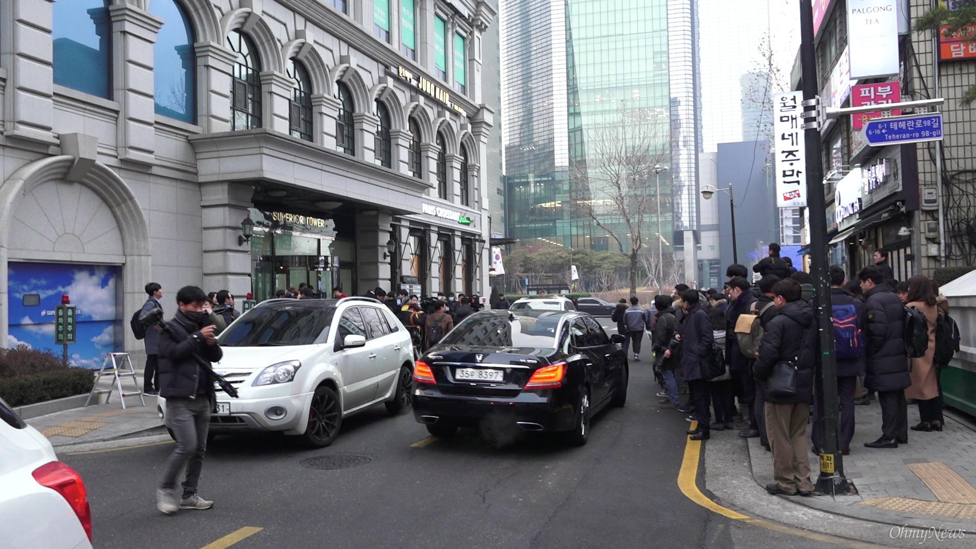 이명박 전 대통령의 기자회견을 취재하려고 사무실 건물 밖에서 진을 치고 있는 기자들.