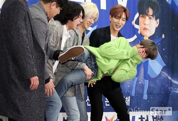 은혁, '슈퍼TV' 위해서라면!  슈퍼주니어의 은혁이 23일 오후 서울 상암동의 한 호텔에서 열린 XtvN i돌아이어티 <슈퍼TV> 제작발표회에서 멤버들이 자신을 슈퍼맨으로 만들자 얼굴을 가린채 부끄러워하고 있다. <슈퍼TV>는 슈퍼주니어 멤버들이 자신들의 이름을 전면에 내세우며 모든 예능 프로그램의 포맷을 자신들만의 방식으로 재창조한 예능 문법 파괴 버라이어티 프로그램이다. 26일 금요일 오후 11시 첫 방송.