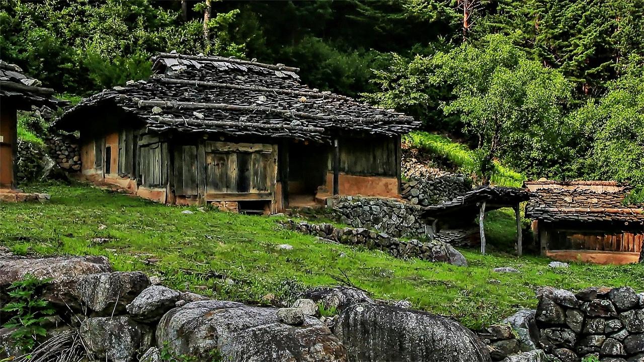 삼척 신리 너와집 '너와집'이란 산간지역에서 흔히 구할 수 있는 소나무, 전나무 등을 길이 40cm에서 길어야 60cm 정도에 폭 30cm 가량 되게 하고 두께 3~5cm 정도 크기로 나뭇결을 따라 쪼개어 처마부터 시작하여 용마루로 올라가며 기와처럼 지붕을 이은 집을 말한다. 주로 북방식 집에서 굴피집과 함께 많이 지어졌는데 나무를 요즘 통나무집을 짓듯 겹쳐 올리고 진흙으로 벽의 틈새를 매우거나, 일반적인 한옥과 같은 형식의 집을 짓고 지붕만 너와나 굴피를 올리는 경우가 많았다. 바람에 날아가지 않도록 긴 장대에 칡으로 묶어 고정하고 무거운 돌을 올려 눌러 놓았다. 집안에서 올려다보면 뚫린 구멍 사이로 하늘이 보이는 경우도 있으나 모두 그런 것은 아니다. 하지만 하늘이 보인다 해서 비가 새지는 않으며 환기가 잘되고 습도도 유지되는 강원고 산골의 환경에 잘 적응된 집이다. 내가 태어났던 오색마을의 오목골에 있던 집이 바로 이와 같은 너와집이었다.