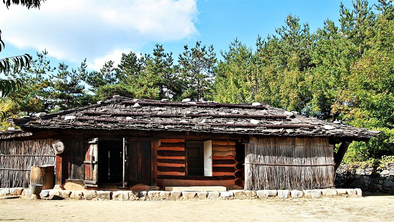 정선 굴피집 '굴피집'이란 산간지역에서 흔히 구할 수 있는 참나무의 일종인 굴참나무 껍질을 물이 오른 여름에 벗겨 반듯하게 펴 돌로 눌러 놓았다가 지붕을 덮어 비가 새지 않게 덮은 집을 이른다. 집을 짓는 방법은 너와집과 마찬가지로 나무를 겹쳐 쌓아올려 귀틀집을 짓고 벽의 틈새를 진흙으로 매우거나, 한옥과 동일한 형식의 집을 짓고 지붕만 산촌에서 쉽게 구할 수 있는 굴피를 덮었다. 너와집과 마찬가지로 굴피가 바람에 날아가지 못하도록 긴 장대를 칡넝쿨로 묶어 고정하고 돌로 눌러 놓았다.