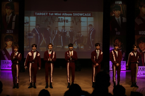 타겟 7인조 남성그룹 타겟이 일본 데뷔 이후 한국에도 정식 데뷔했다. 이들의 데뷔 쇼케이스가 24일 오후 서울 청담동의 한 공연장에서 열렸다.