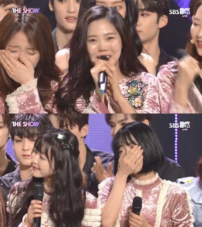 23일 SBS MTV <더쇼>에서 오마이걸이 1위를 차지한 후 눈물을 보이고 있다.