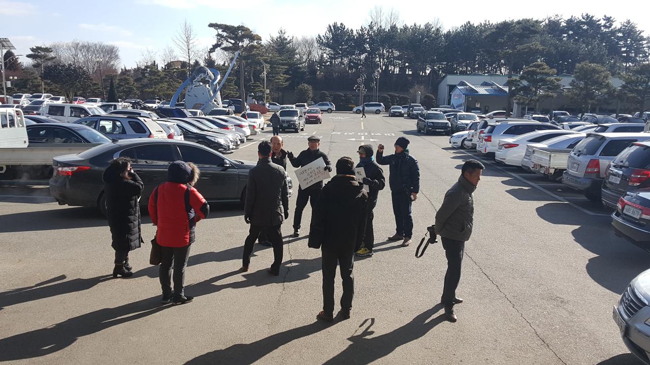 태안군의회를 나오던 김진권 의원이 시위를 벌이던 문팬카페회원들에게 둘러싸여 말싸움을 벌이고 있다.