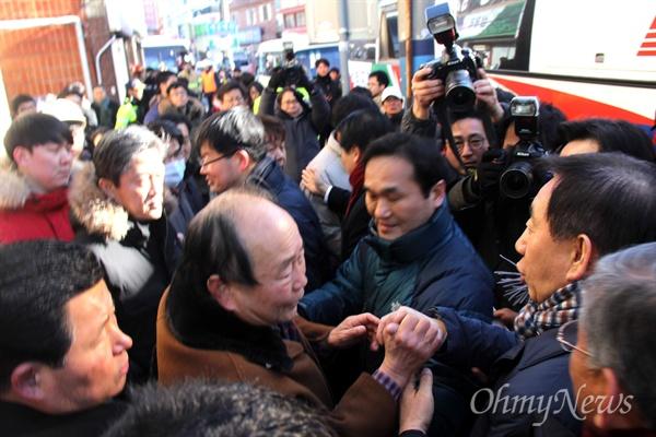 26일 오후 김성태 자유한국당 원내대표가 밀양 세종병원 화재 현장을 찾아 이동하자 더불어민주당 밀양지역 당원들과 마주쳤다.