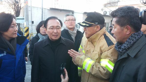 26일 밀양 세종병원 화재 참사 현장을 찾은 노회찬 의원.