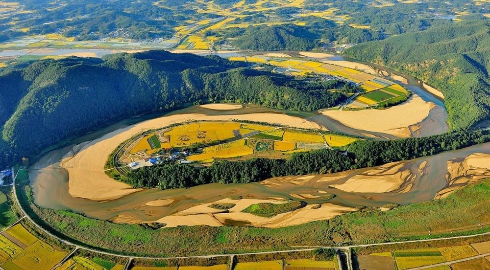 감입곡류 내성천 감입곡류 하천의 전형을 보여주는 내성천 회룡포의 아름다운 모습. 자세히 보면 용 두 마리가 승천하는 모습을 확인할 수 있다.