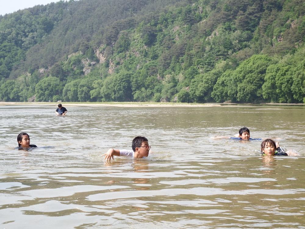 아이들이 안심하고 맘껏 뛰어놀 수 있는 강 내성천. 온몸으로 산 체험을 할 수  있는 이런 강은 흔치 않다.